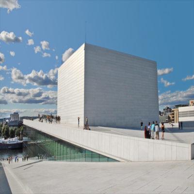 Здание оперы в Осло Норвегия