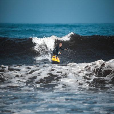 Поймала волну серфинг Португалия