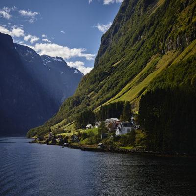 Флом на берегу Согне фьорда Норвегия