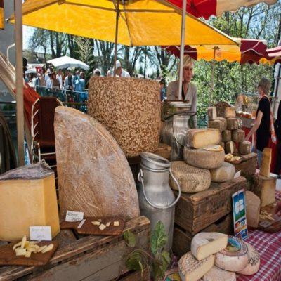 Килограммы французского сыра на рынке