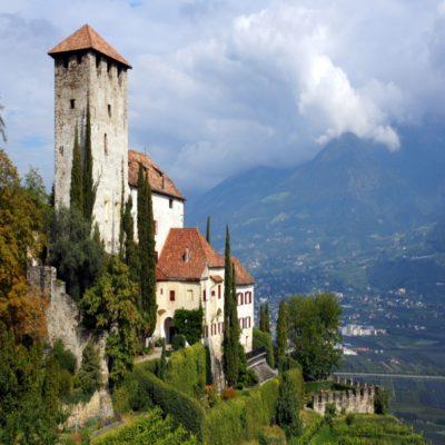 Средневековый замок в Мерано Тироль Италия