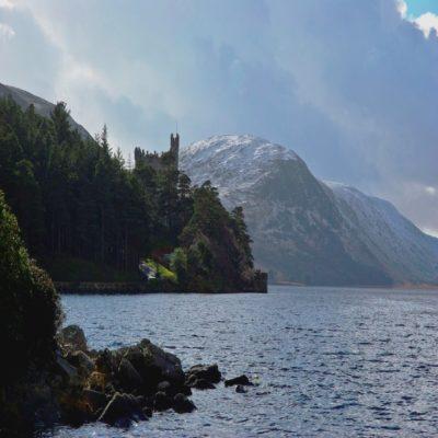 Замок Гленвей на берегу озера Биг Ирландия