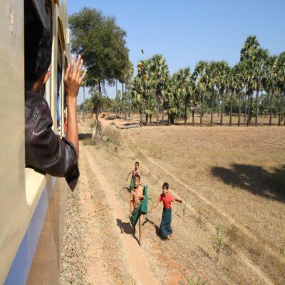 Поезд из Багана в Янгон Мьянма