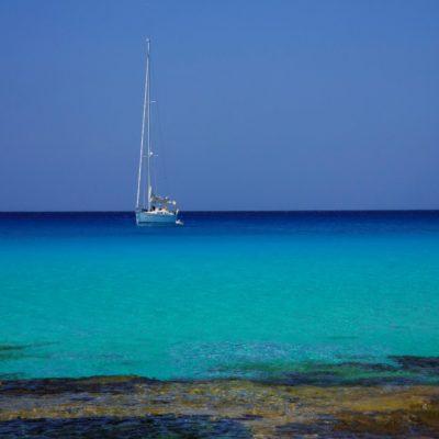 Яхта у берегов Ибицы Ибица Испания