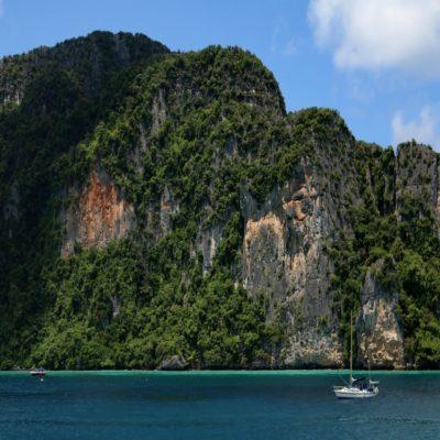 Яхта у берегов Пхи Пхи Таиланд