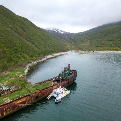 Наш катамаран у мертвого корабля Камчатка Россия