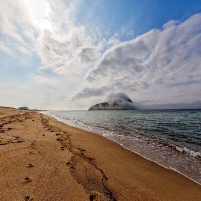 Берег Японского моря и остров Петрова в туманной дымке Россия