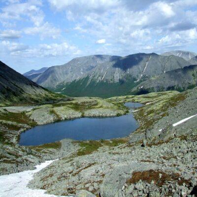 Вид с перевала Южный Чоргорр на озеро Имандра и Хибины Россия