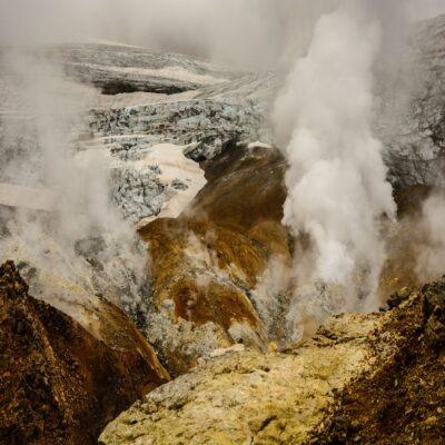 Ледник и фумарольное поле на вулкане Мутновский Камчатка Россия