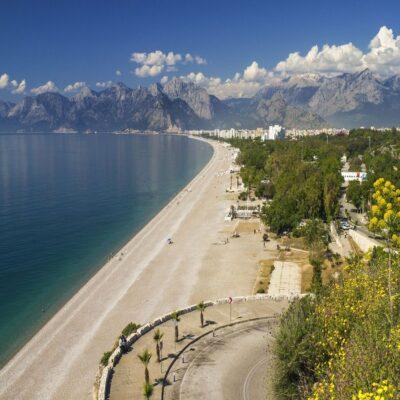 Пляж Коньяалты на фоне Торосских гор в Анталии Турция