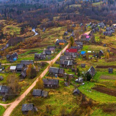 Главная улица в деревне Ладва Веспы Ленинградская область Россия