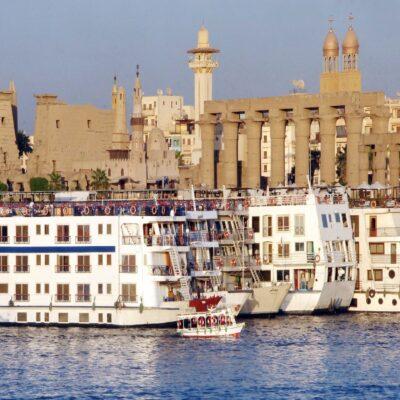 Круизные лайнеры у берегов Луксора Нил Египет