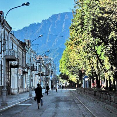 Проспект Мира и Столовая гора во Владикавказе Северная Осетия