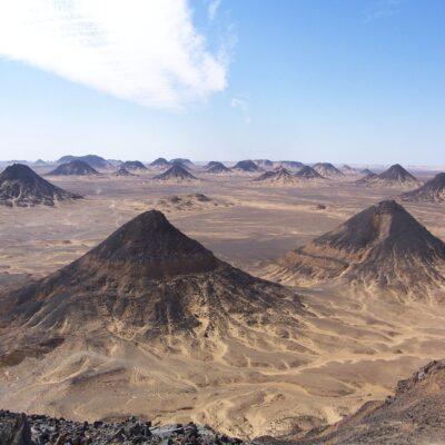 Вулканические холмы Черной пустыни Бахария Египет