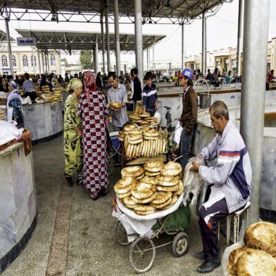 Лепешки на рынке Самарканда Узбекистан