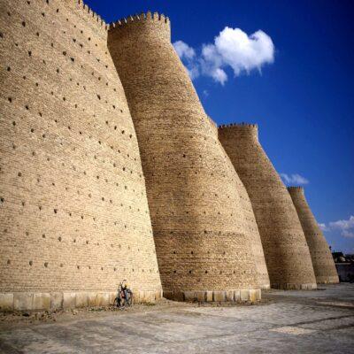 Стена крепости Арк в Бухаре Узбекистан