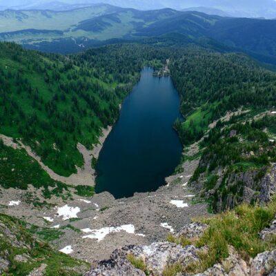 Озеро в кратере Красной горы Алтай