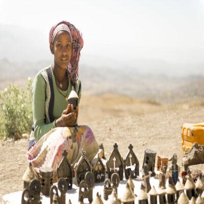 Девушка продает сувениры в Лалибэле Эфиопия