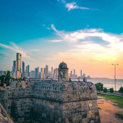 Старый форт и современный город Картахена Колумбия
