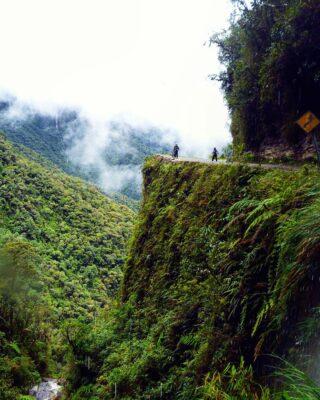 Хочется немного разбавить новогоднюю ленту) Дорога смерти, Боливия. Да, там действительно опасно! El Camino a los Yungas, Bolivia. #pricelessmoments #deathroad #deathroadbolivia #yungas #downhill #neverstoptraveling #caminodelamuerte #cheaptripexpedition #specialprojectche2015