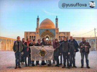 #RepostSave yusuffova ・・・ everydaykashan Иногда, в поездках даже с близкими друзьями хорошие впечатления и отдых могут быть под вопросом🤷🏻♀️ А когда вы большая незнакомая компания из 17 человек?😱😂 Большое спасибо нашей группе  за эту поездку, за хорошее настроение, за готовность фоткаться с флагом (много)😂 и смотреть очередную мечеть 🤪, за позитив и любознательность, за понимание когда что-то идёт не по плану, за ласковые прозвища и за памятный подарок❤️😊 obekhtereva juliashevl nataliyamilenina ezhalesh  #cheaptripexpedition #кудаменяпослалчиптрип  #zoya_chapter_iran