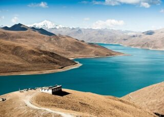 Ямджо-Юмцо — высокогорное озеро в Тибете.  Оно расположено на высоте 4441 метра над уровнем моря. Озеро считается одним из трех священных озер в Тибете, вокруг которых паломники совершают кору, ритуальный обход.  Цвет озера постоянно меняется, считается, что его невозможно увидеть дважды. Тибетцы считают озеро Ямджо-Юмцо талисманом Тибета. По преданию, когда воды озера высохнут, Тибет станет необитаем.  В апреле мы отправляем группу в экспедицию по Тибету и Китаю. Озеро Ямджо-Юмцо— обязательная остановка. Присоединяйтесь! Даты 8.04 – 21.04. Подробности в direct  #чиптрипэкспедиция #cheaptripexpedition #тибет #путешествиевтибет