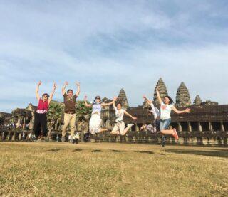 Отчет участников новогодней чиптрип-экспедиции «По следам великой империи». «Это были отличные каникулы!  За 13 дней в Камбодже мы не только познакомились с историей и культурой этой страны, посетили Ангкор, Пном Кулен  и другие must visit, но  и встретили Новый год на одной из из самых тусовочных улиц в мире (да да она находится в Камбодже), а утром уже катались на лодочках в Мангровых зарослях озера Тонлесап.  Мы пережили множество приключений: купались в священном водопаде, провели ночь в холодном слипере,  дружно заблудились  ночью в джунглях, ездили в кузове огромного пикапа, когда у  нашего автобуса пробило колесо, пили шампанское за 50 долларов (спасибо Маше, которая принципиально не смотрит на ценники)  и, чтя новогодние традиции, перекусывали бутербродами с икрой. А самое главное, мы были дружной командой. Ребята, спасибо вам за это!» ⠀  Если хотите так же, пишите нам! В марте собираем экспедицию в ЮВА «Таиланд, Лаос, Камбоджа, Вьетнам: Страна Слонов». Подробности в direct или на почте cheaptripexpedition@gmail.com  #спецпроектч #cheaptripexpedition #кудаменяпослалчиптрип #камбоджа