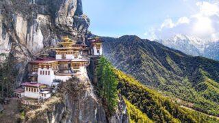 Загадочное королевство Бутан – маленькая буддийская страна, расположившаяся на склоне Гималаев, с единственным в мире Министерством по народному счастью. Попасть в страну туристом можно только в составе организованной группы и только на местных авиалиниях. Монарх тщательно охраняет традиционный уклад жизни своих подданных: здесь запрещено телевидение, курение и любые религии, кроме буддизма, бутанцы ходят в национальных костюмах, а в 70-х годах подданным было велено расписать скучные дома и теперь Бутан похож на королевство пряничных домиков. Местные жители рисуют фаллосы на стенах домов – по легенде, это должно защищать от злых духов, а вдоль дорог развеваются разноцветные флаги с молитвами – их считывает ветер.  Мы собираем группу в Бутан! До 23 февраля есть фиксированная спец.цена на билеты Дели-Паро-Дели.  Язык общения – Русский! Группа гарантирована!  Маршрут: Паро – Тхимпху – Пунакха – Паро  Даты экспедиции: c 01.05 на 6 дней/5 ночей (вылет туда 30.04, обратно 06.05)  Стоимость на 1 человека без авиа/с авиа: 1630/2670$* *цена с перелетом может меняться, в зависимости от стоимости авиабилетов, окончательную стоимость перелета уточнять при бронировании  Чтобы узнать подробную программу и записаться в экспедицию,  пишите на почту cheaptripexpedition@gmail.com #cheaptripexpedition #бутан #чиптрипэкспедиция #чиптрип